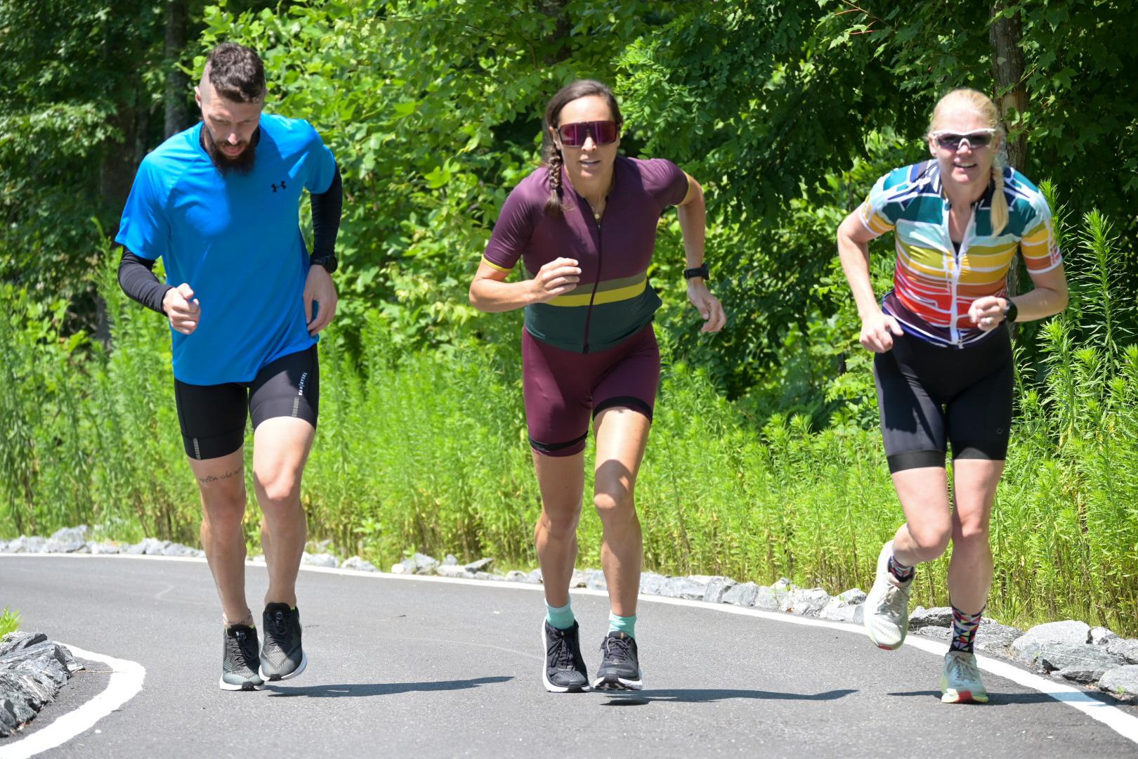 Raphael e mais duas atletas subindo correndo uma elevação.