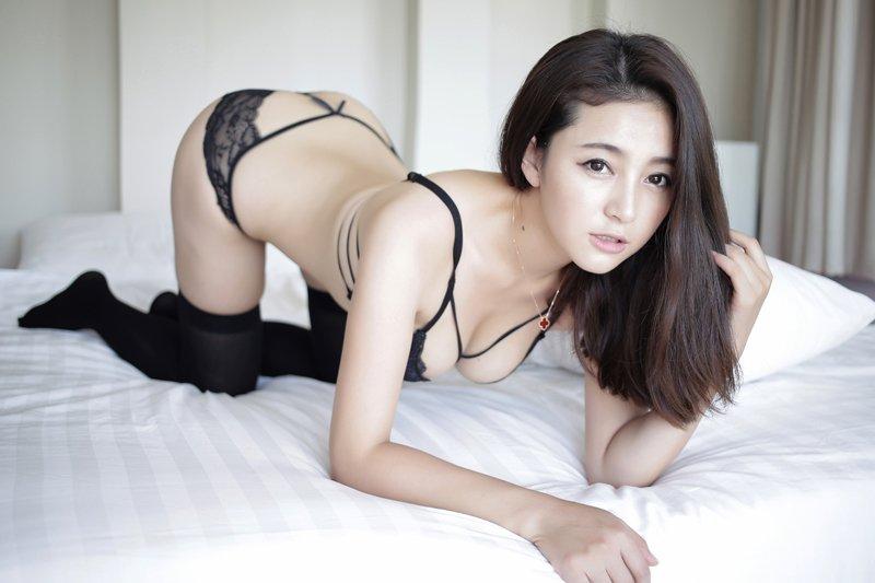 《黑色情趣内衣-性感火辣美臀女王夏茉》